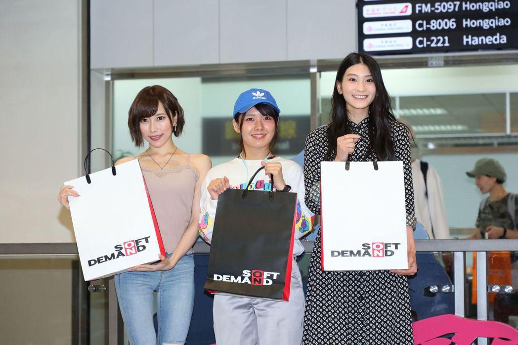 本庄鈴(左起)、小泉日向、七海蒂娜是SOD旗下女優。記者李姿瑩/攝影