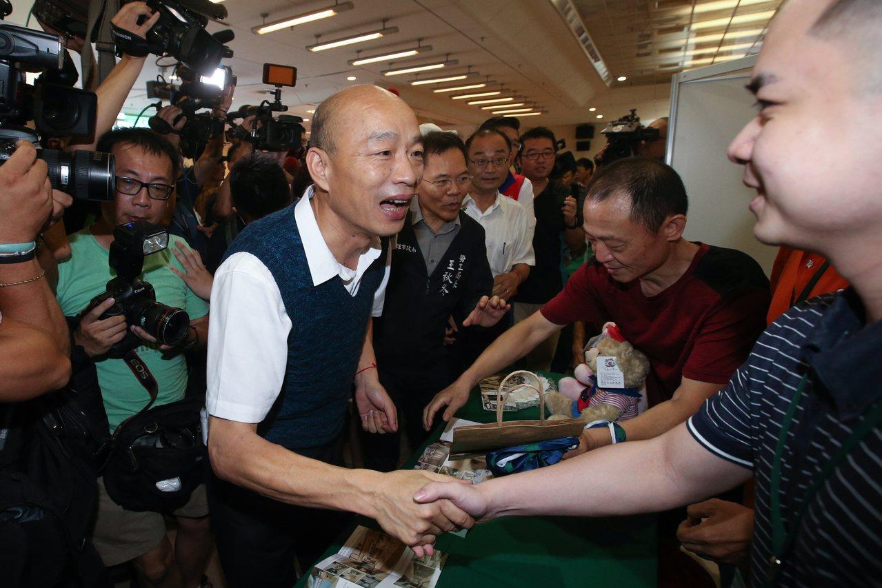 高雄市長韓國瑜下午北上新北市參加高雄勞工局辦「開薪回高雄」徵才活動,他提到高雄是...
