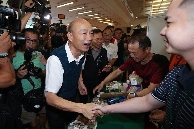 高雄市長韓國瑜下午北上新北市參加高雄勞工局辦「開薪回高雄」徵才活動,他提到高雄是目前台灣所有縣市中最蓬勃發展的,並鼓勵高雄青年返鄉就業。記者葉信菉/攝影