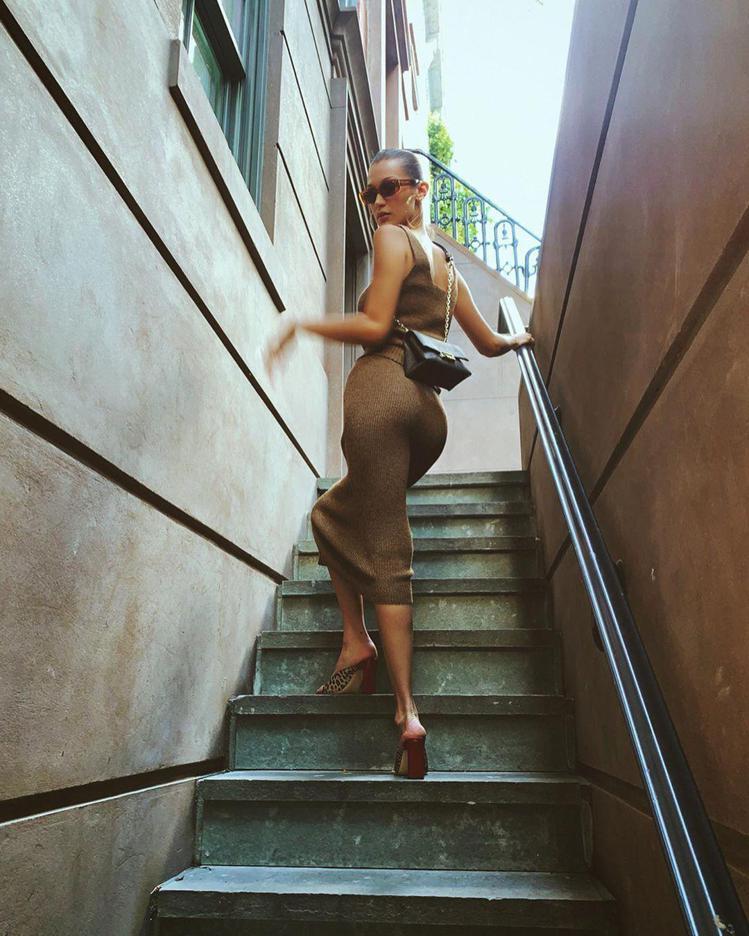 貝拉哈蒂德穿緊身裙詮釋CECE鍊包,一個轉身大爆性感臀線。圖/MICHAEL K...