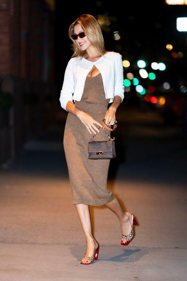 貝拉哈蒂德染上新髮色,手提CECE駝色迷你鍊包現身紐約街頭。圖/MICHAEL ...
