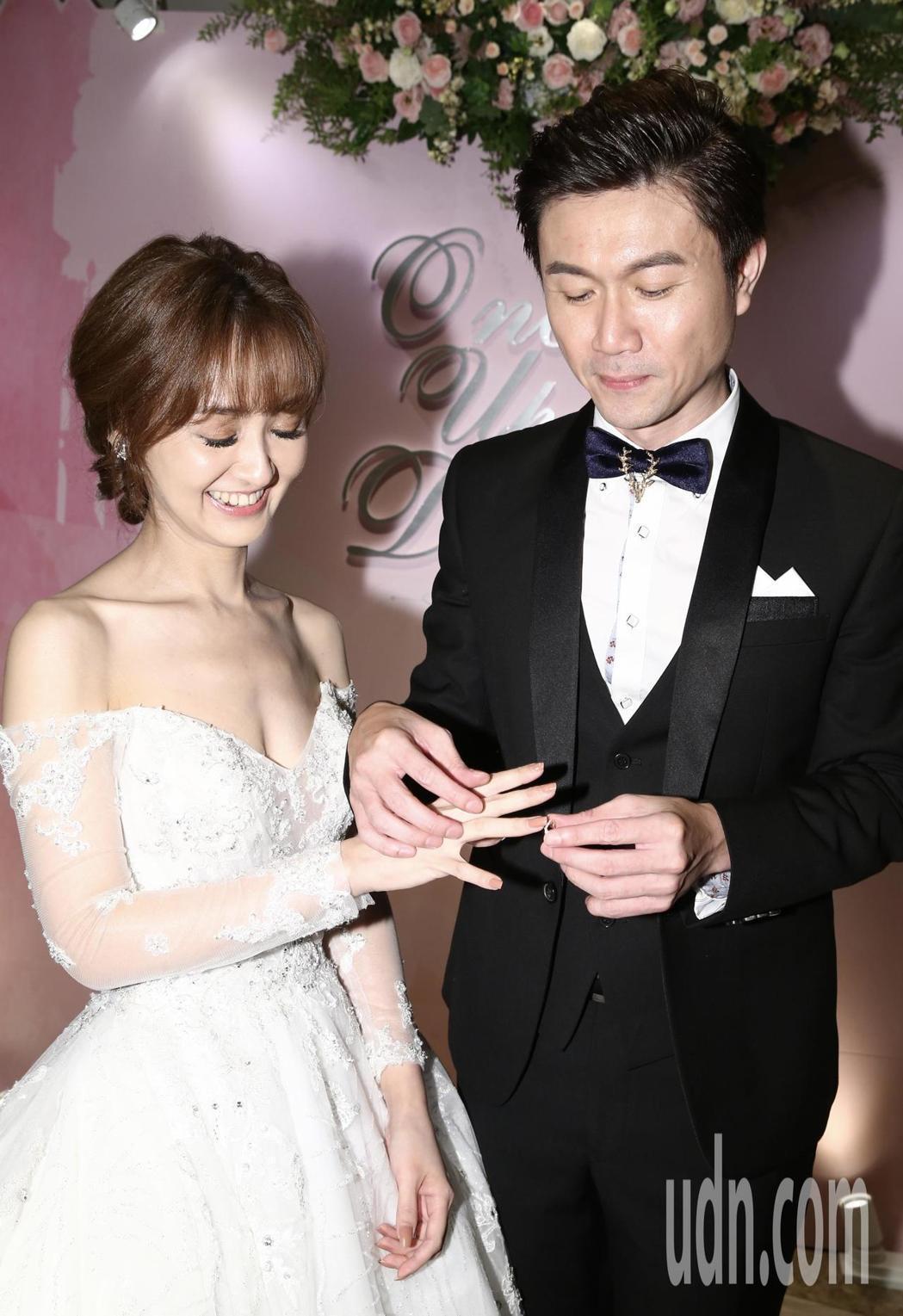 陳家頤和王李中彥互換婚戒。記者許正宏/攝影