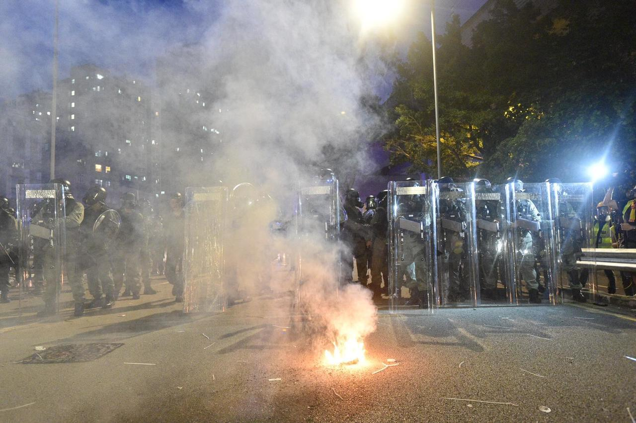 有示威者在街上焚燒物品。圖取自星島日報網站