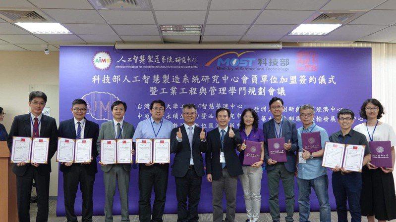 科技部工程司司長徐碩鴻(中)致贈聘書予工工學門規劃委員代表。圖/科技部工工學門提供