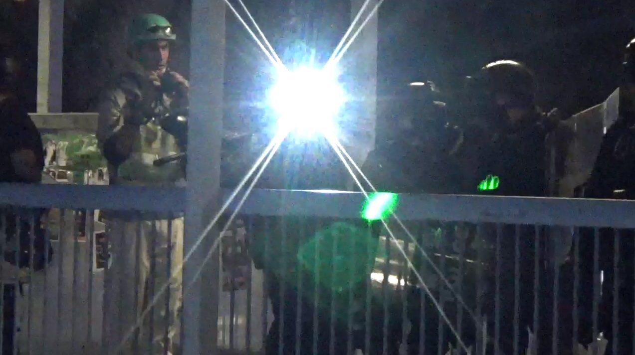 有示威者在入夜後,以雷射燈射向防暴警員。圖/取自星島日報