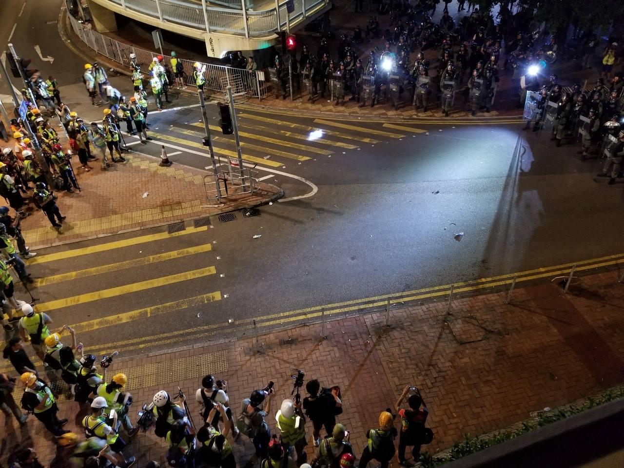 27日入夜後,示威者與警方在南邊圍對峙。(香港01)
