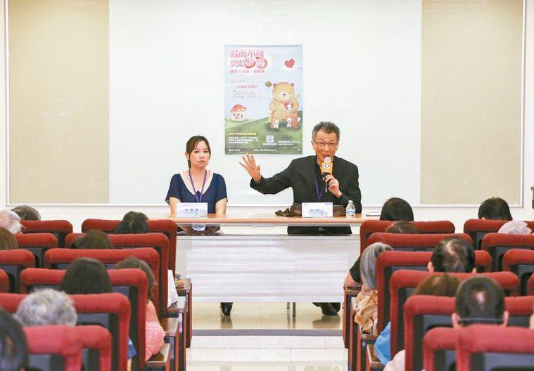 陳科神父(右)與器捐移植協調師葉姍姍,分享器捐路上可能遇到的問題與解決溝通方式。...
