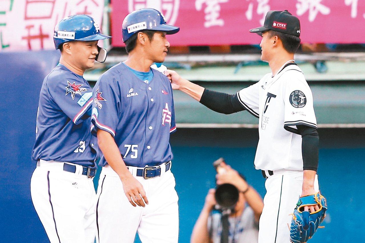 吳昇峰完成「男子漢對決」,「恰恰」經過時,擊掌致意說了聲「加油」。 記者王騰毅/...