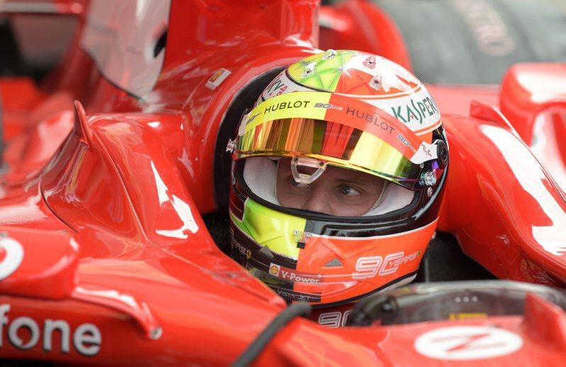 他20歲的兒子米克(Mick Schumacher)繼承衣缽,已經展開職業車手生涯,今天受邀到F1德國站,試駕父親2004年奪下冠軍時的法拉利座騎。 美聯社