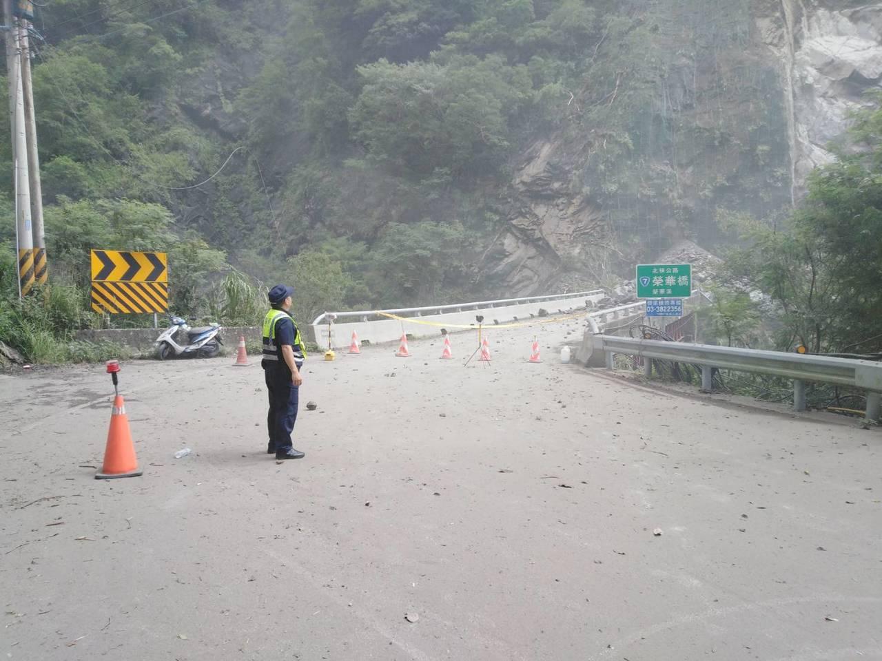 大溪警分局榮華派出所員警在現場管制人車靠近。記者鄭國樑/翻攝