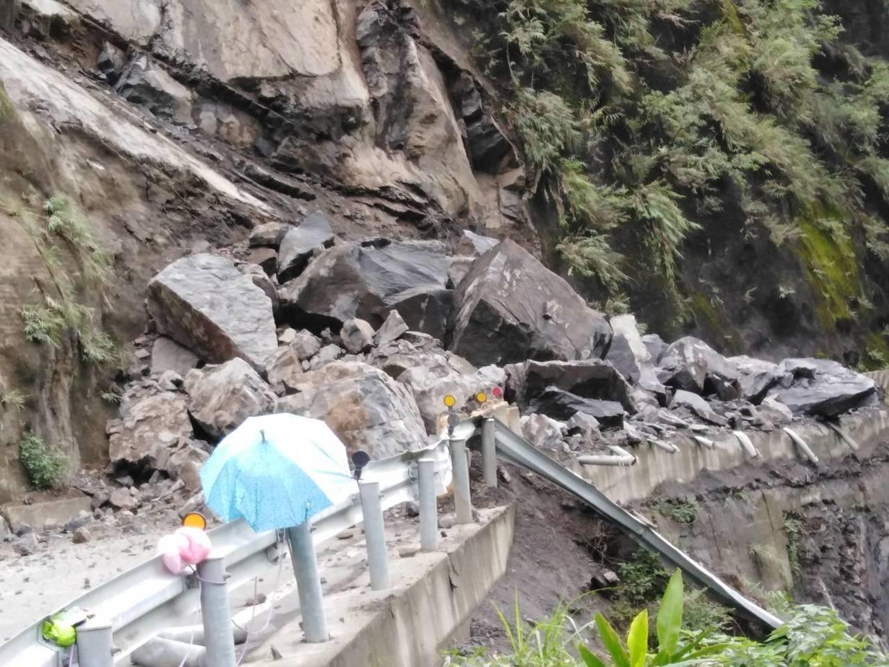北橫32.5公里路段山壁坍方蓋住路面,警方估計面積約200平公公尺。記者鄭國樑/...