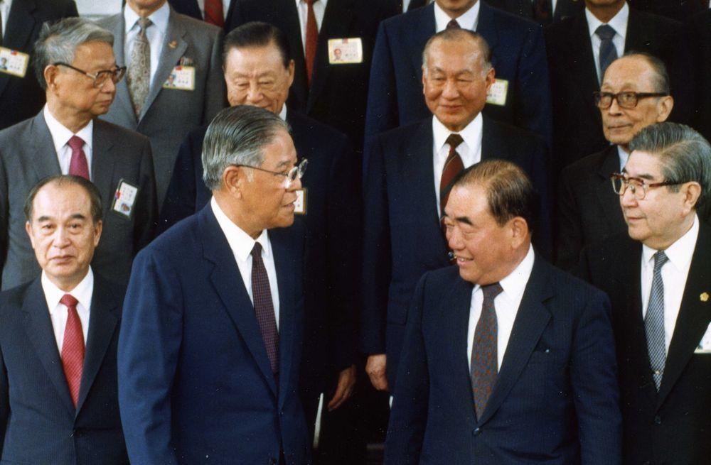 1990年成立的國家統一委員會是前總統李登輝(前排左2)為主導兩岸政策,建立兩岸...
