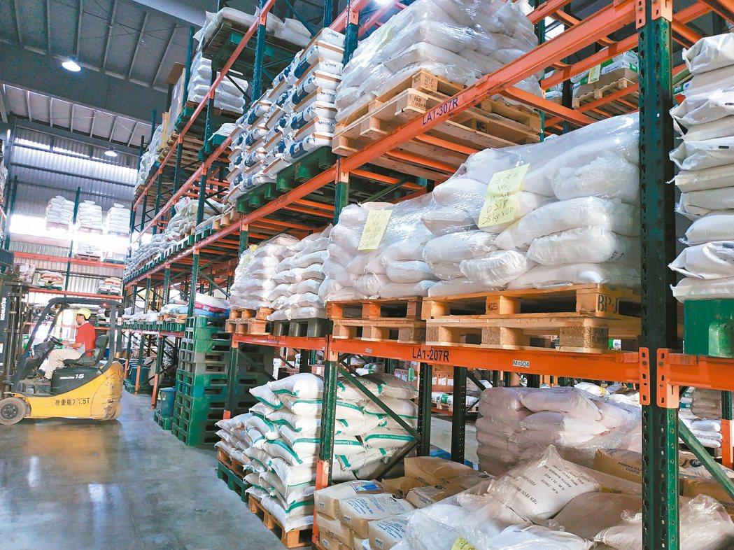 祥圃預拌劑工廠中擺放主要販售的動物營養品。