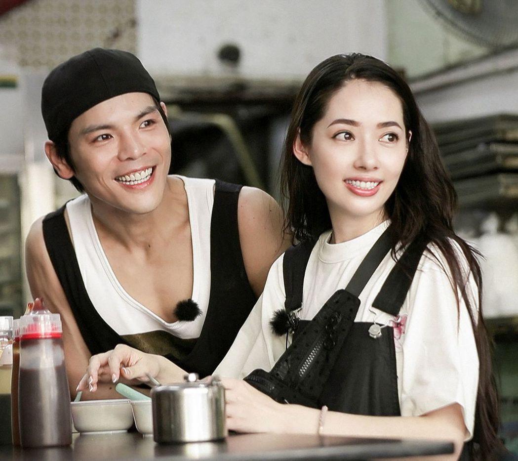 郭碧婷(右)在節目中對向佐坦承自己的昔日戀情。(取材自微博)