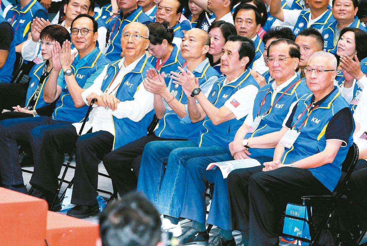 國民黨全代會,黨主席吳敦義(右一)與歷屆主席,連戰(右二)、馬英九(右三)、吳伯...