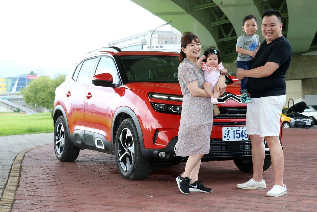 甜蜜負擔幸福雙寶家庭來試車。 記者胡經周/攝影