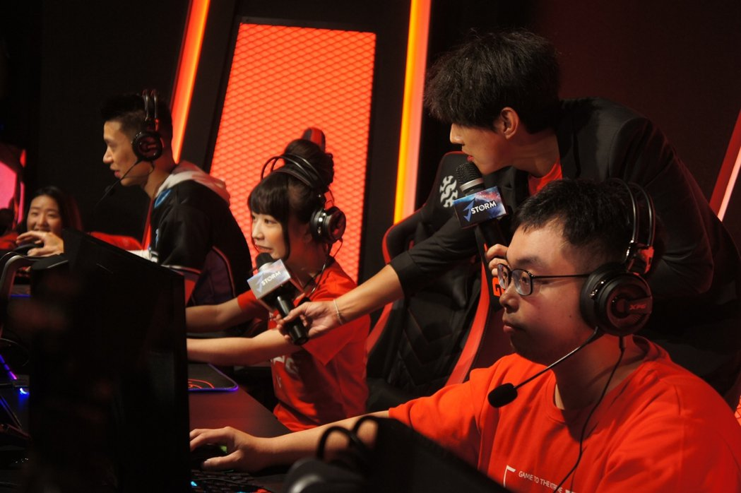 林書豪與台灣實況主陸子玄、黑貓老師較勁體驗XPG射擊遊戲。