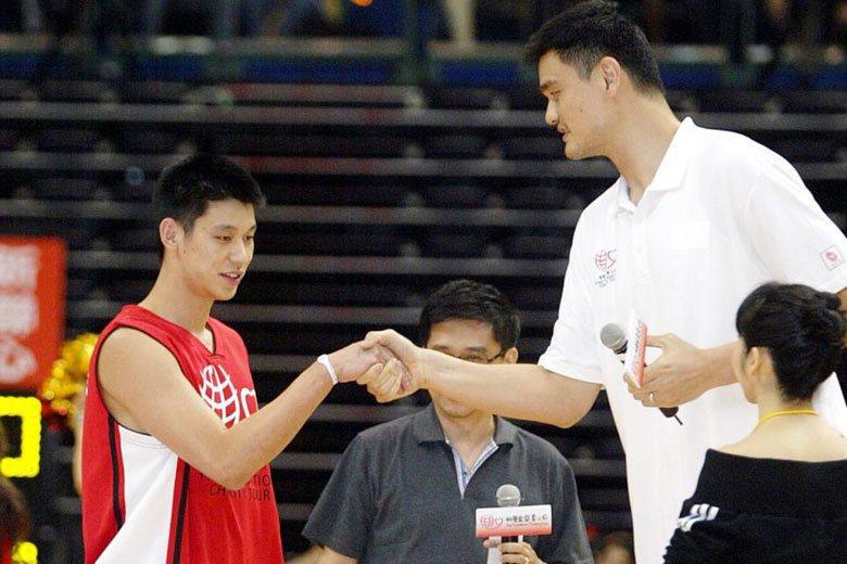 林書豪(左)2010在台灣參加「姚明基金會慈善之旅」義演賽時曾與姚明(右)握手,...