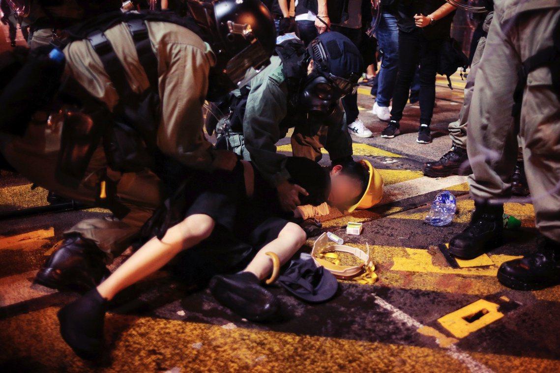 但根據各大香港媒體與國際記者的報導見證,西環一帶的示威者在遭遇港警後,一直抱持著...