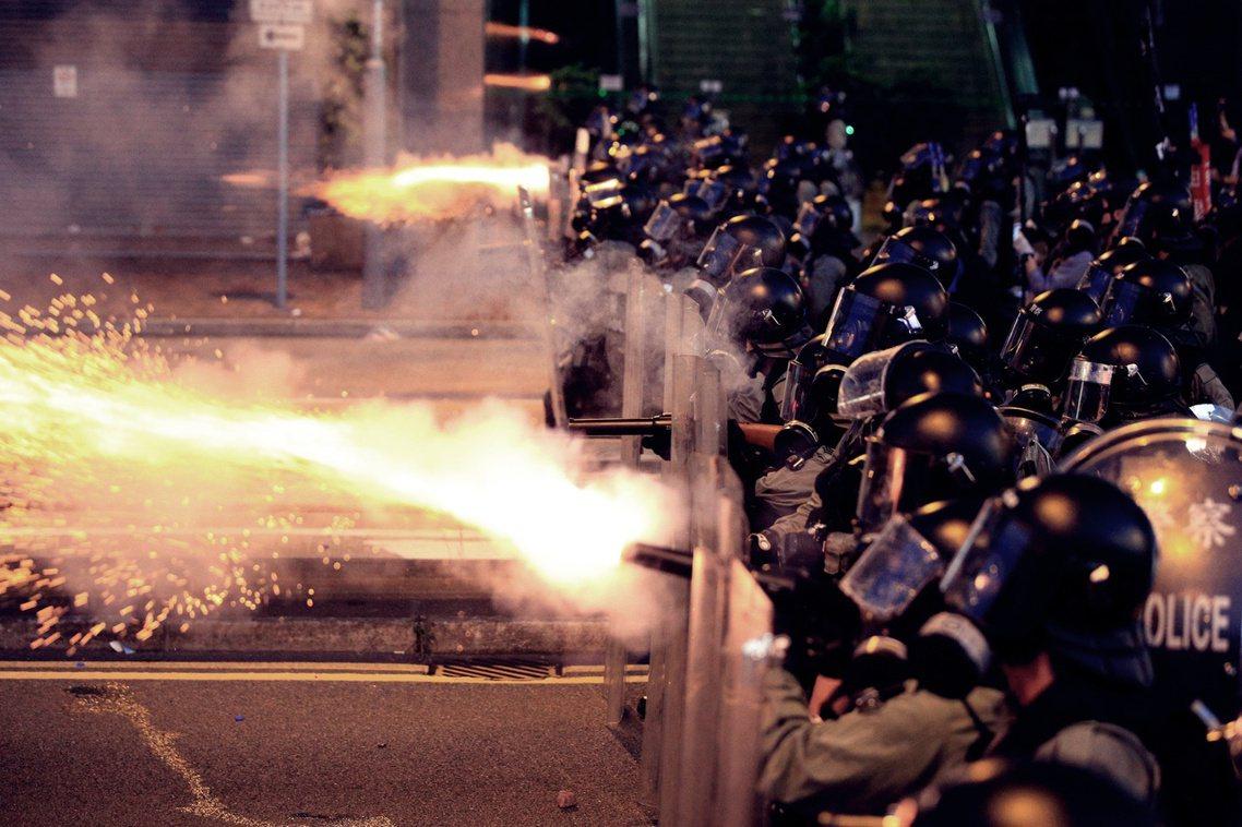 香港警察宣稱,西環、上環方向的示威人潮,全都屬於「非法集會」,他們意圖「衝擊警察...
