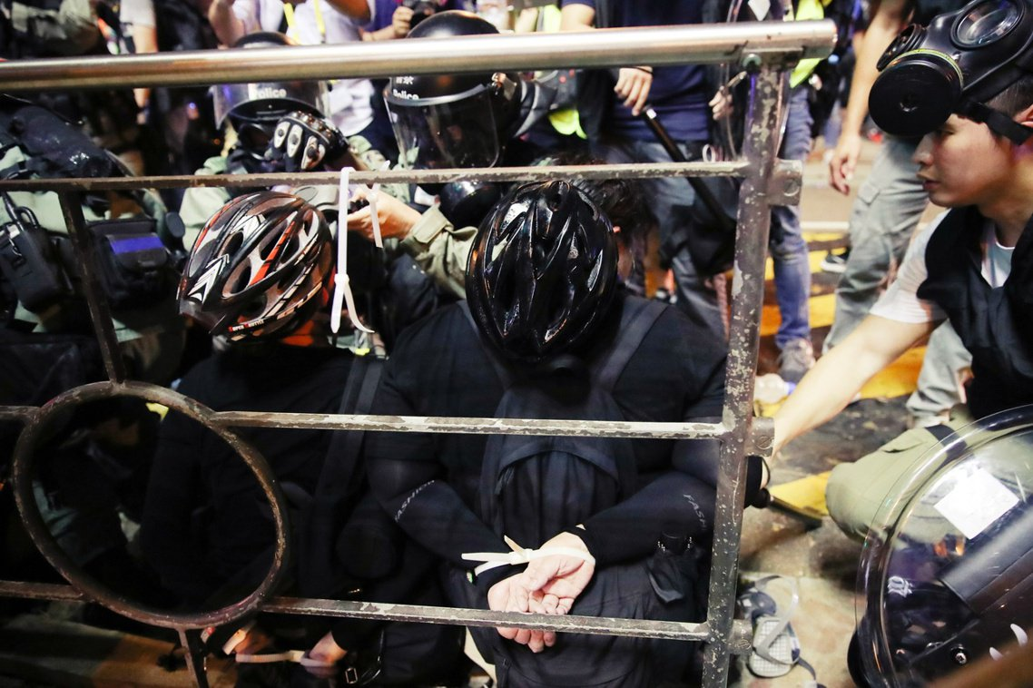 28日衝突中,多名群眾遭警方拘捕。 圖/歐新社