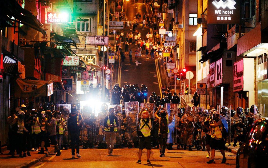 28日,香港反送中遊行再次於港島發動示威集會;在西環的「中聯辦」大樓東面街口,群...