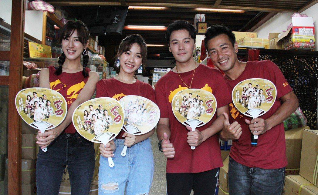 田羽安(左起)、林玟誼、黃文星、傅子純至大稻埕迪化街宣傳新戲「苦力」。圖/公視提