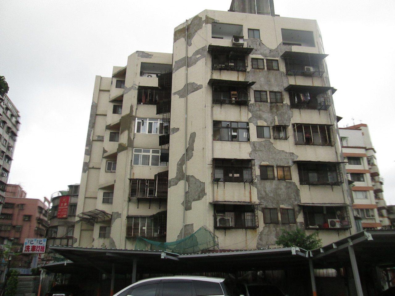新北市永亨大樓施工前,外觀老舊,有礙市容。圖/都更處提供