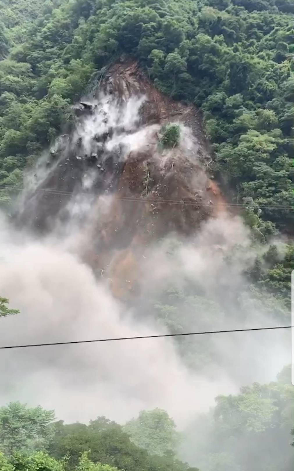 坍方的山壁面積突然擴大,激起更多塵土。圖/桃園市復興區公所提供