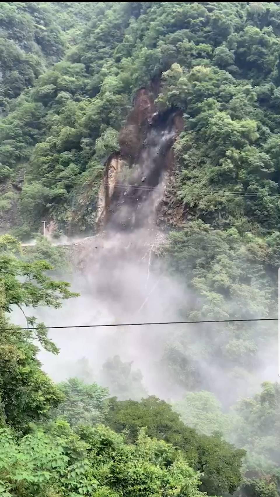 桃園復興區北橫32.5公里山壁坍方吞蝕路面剛開始的畫面。圖/桃園市復興區公所提供
