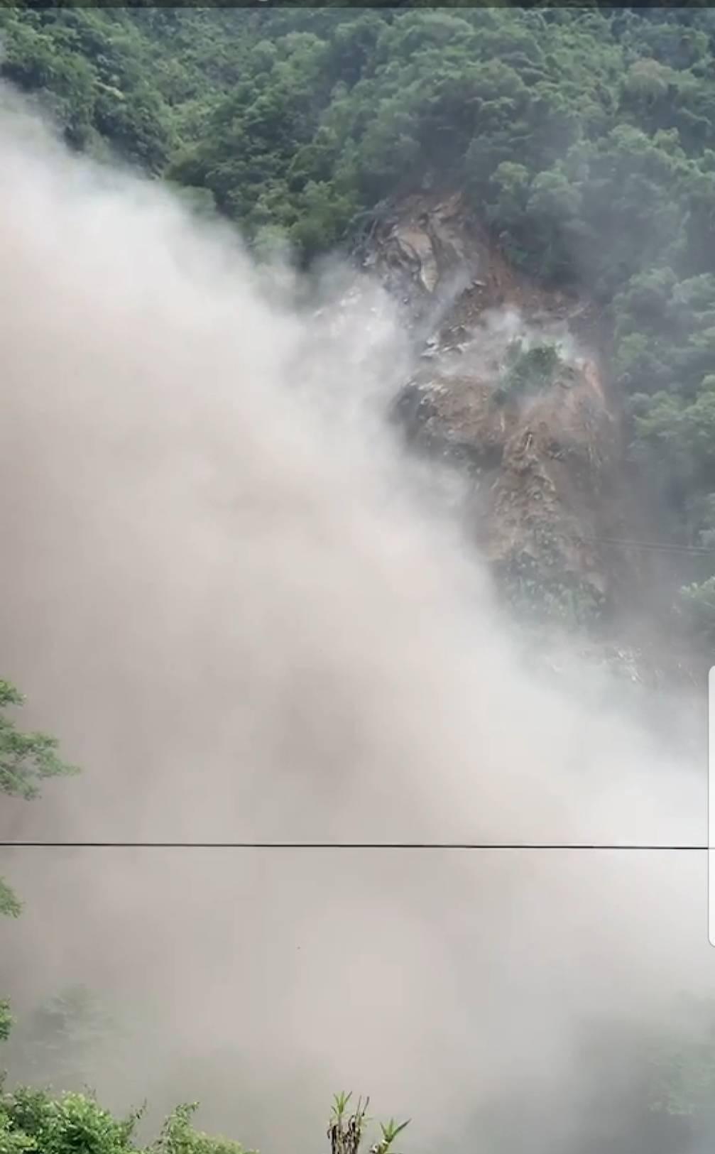 大量的塵土上揚後遮進北橫路段山壁和山凹。圖/桃園市復興區公所提供