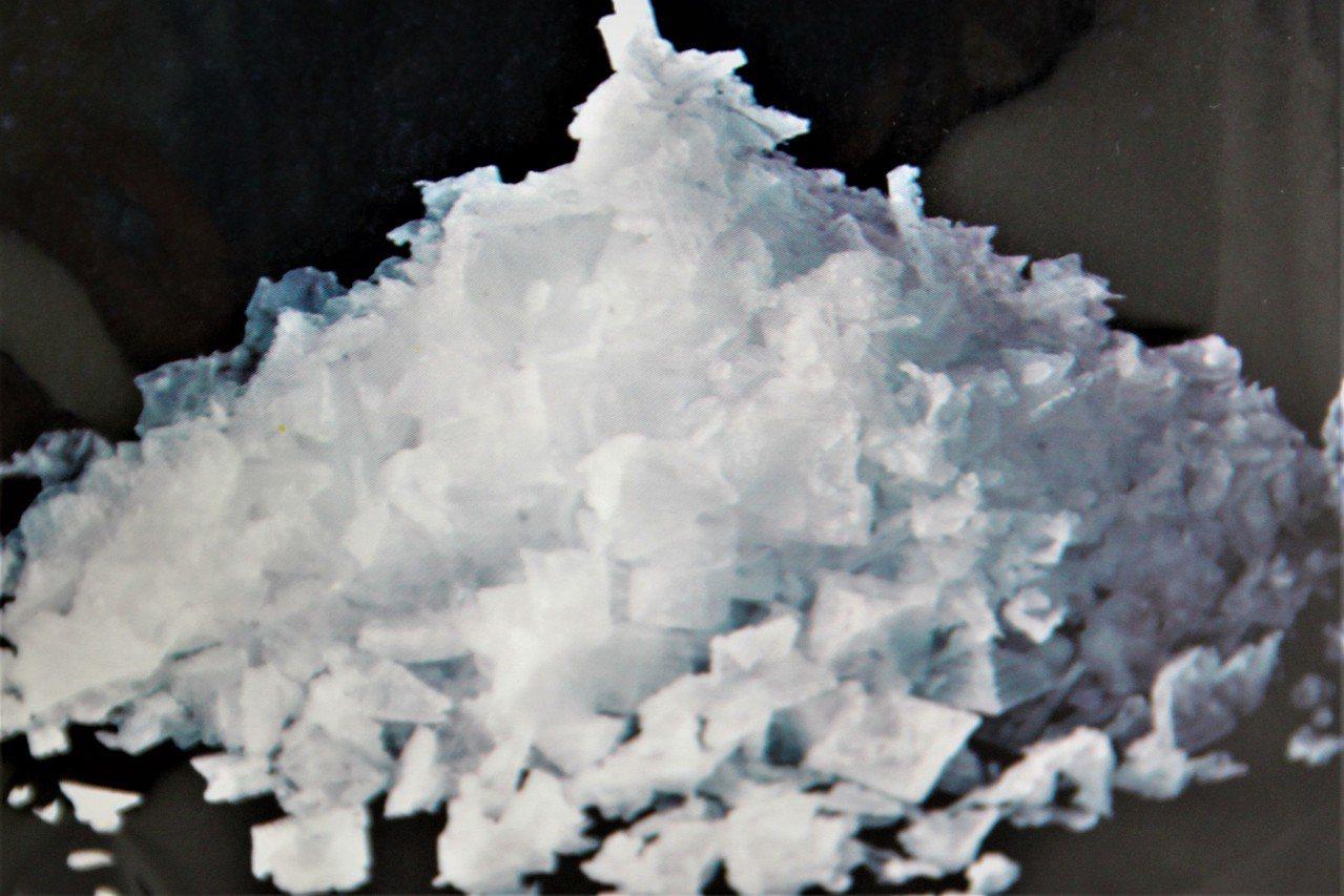 華元食品人員指出,鹽之花產自法國布列塔尼的Guerande地區,因為重量輕,漂浮...