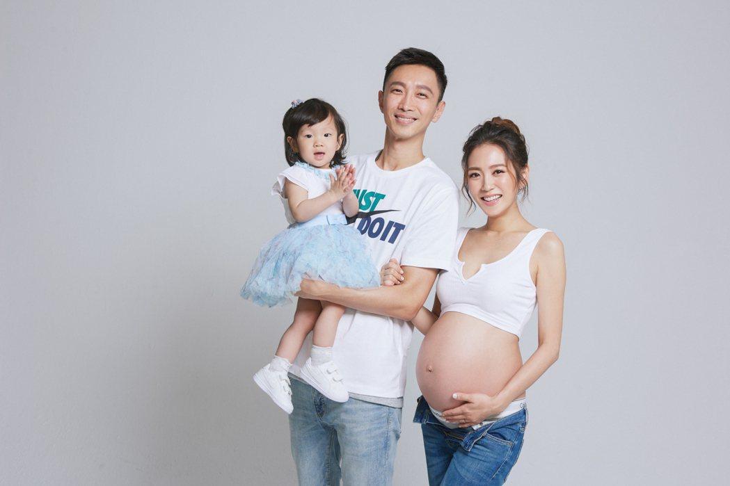 楊千霈捧著孕肚。圖/宋子凡攝影工作室提供