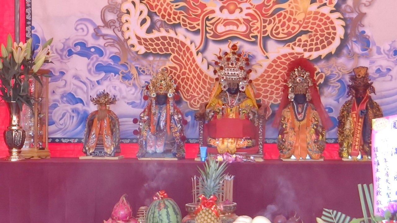 六房媽祖目前供奉在斗南鎮紅壇,其中一尊今天被迎到土庫鎮參加明年新紅壇的動土儀式。...