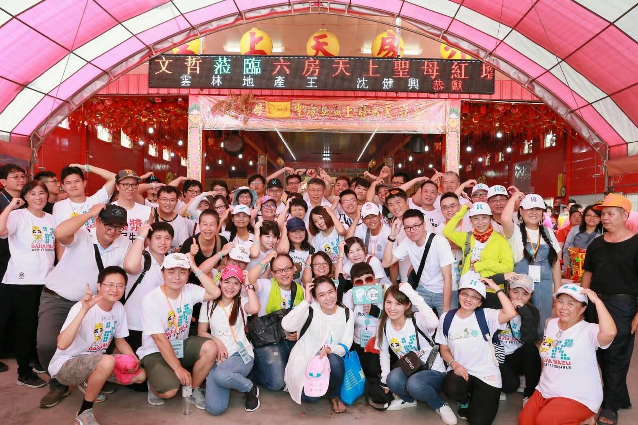 台北市長柯文哲今天到斗南鎮六房媽祖的紅壇參拜並與柯粉相見歡。記者蔡維斌/翻攝