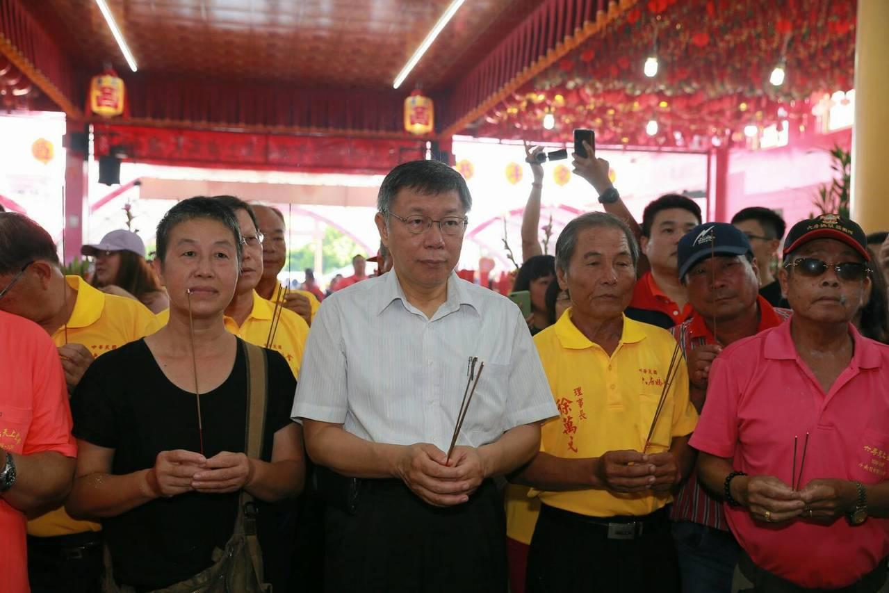 台北市長柯文哲今天到斗南鎮六房媽祖的紅壇參拜。記者蔡維斌/翻攝