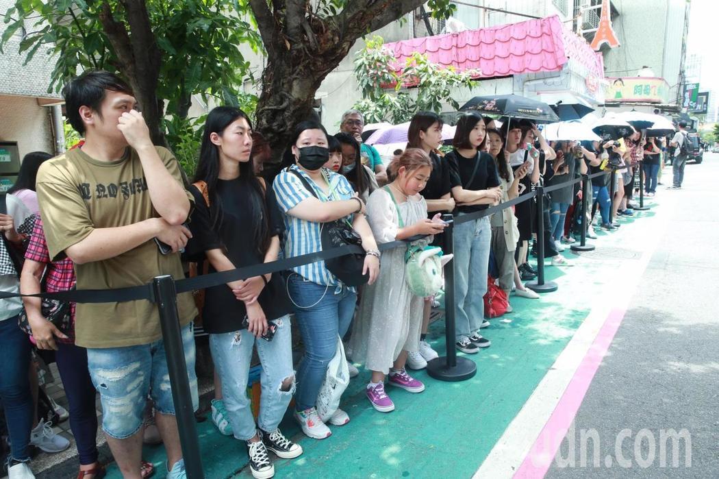 羅志祥的潮牌店「GNF」在東區開幕,吸引眾多粉絲排隊。記者黃義書/攝影
