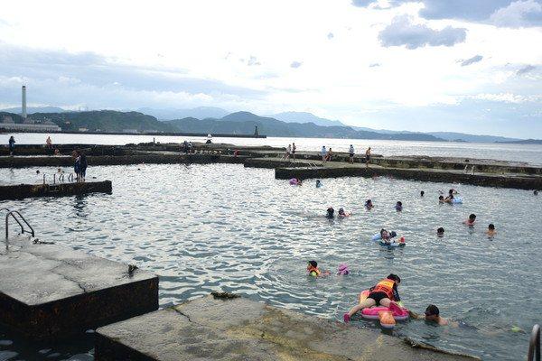 和平島公園近年成為親子戲水天堂,許多家長會帶著孩子前往戲水消暑。圖/北觀局提供