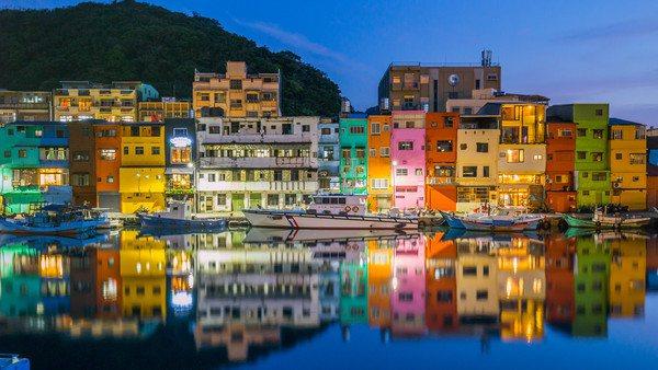 正濱漁港因建築外牆顏色繽紛,而有台版威尼斯彩色島美譽。圖/北觀局提供