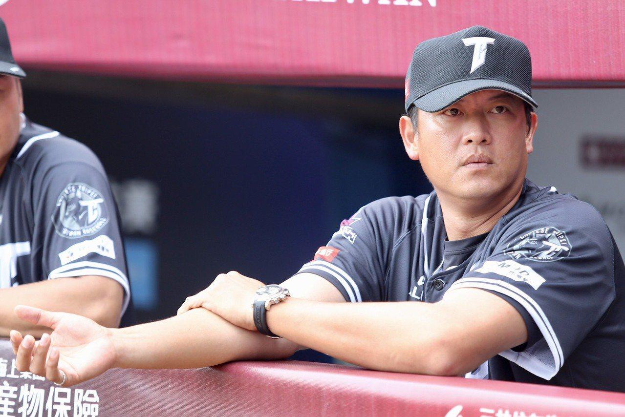 王建民投入中職明星賽,仔細觀察年輕球員的表現。 記者林伯東/攝影