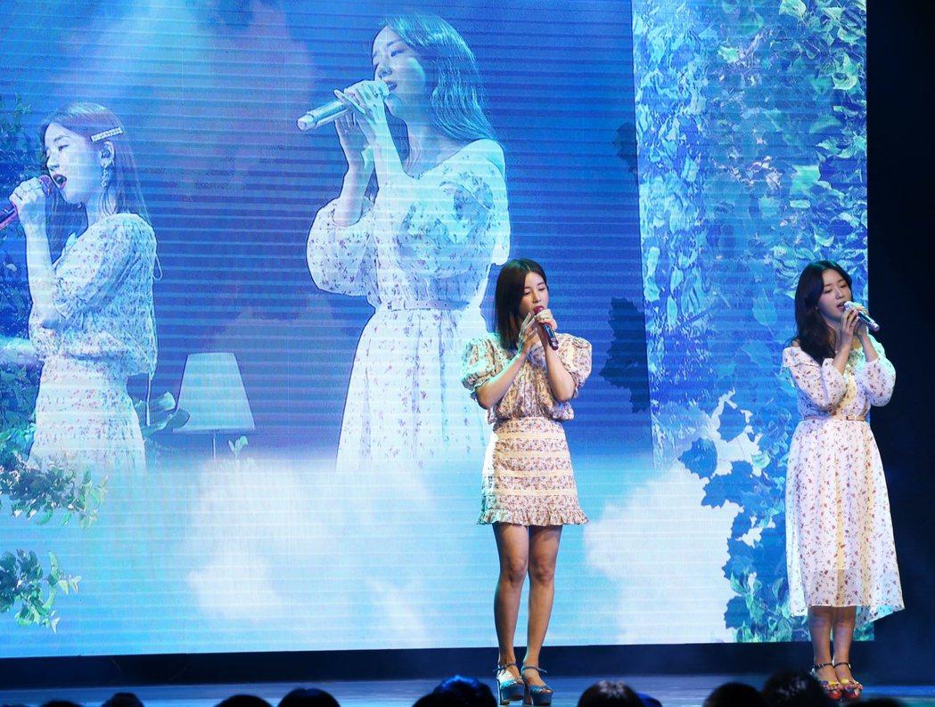 韓國女子團體Apink成員初瓏(左)普美(右)來台與粉絲見面,大秀中文歌。記者曾