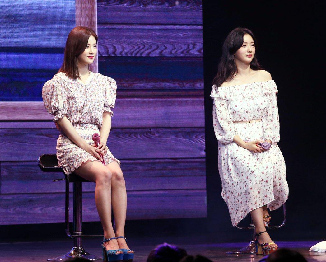韓國女子團體Apink成員初瓏(左)普美(右)來台與粉絲見面。記者曾原信/攝影
