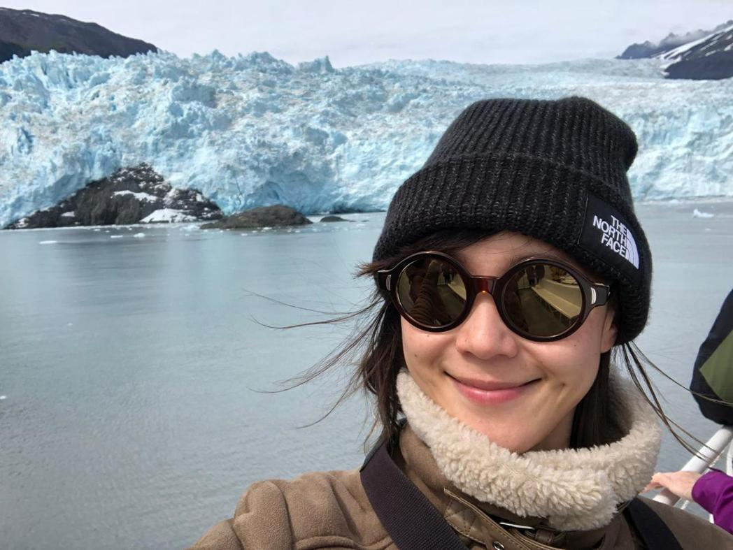 鍾瑶在Aialik冰川前。圖/金熙提供