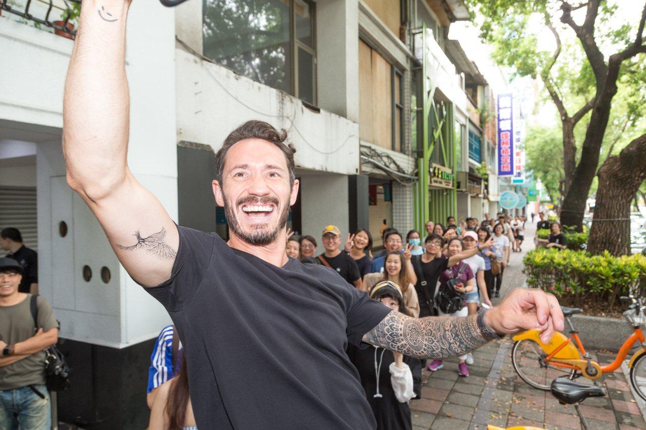 Cédric Grolet開心的與熱情排隊粉絲們自拍合照。記者陳立凱/攝影
