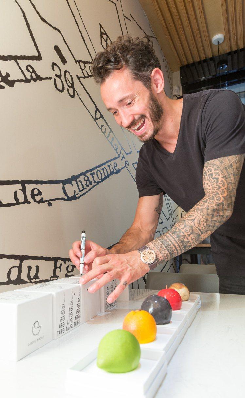 Cédric Grolet親自在甜點盒上簽名。記者陳立凱/攝影