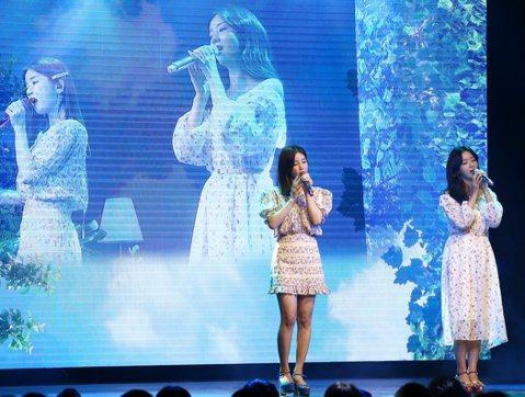 韓國清純女團Apink的初瓏、普美28日在大直ATT SHOWBOX舉辦見面會,繼5月同隊的主唱恩地來台開唱後,初瓏和普美也展現人氣,昨吸引700名粉絲到場支持。為了台灣粉絲,她們苦練中文歌,今獻唱...