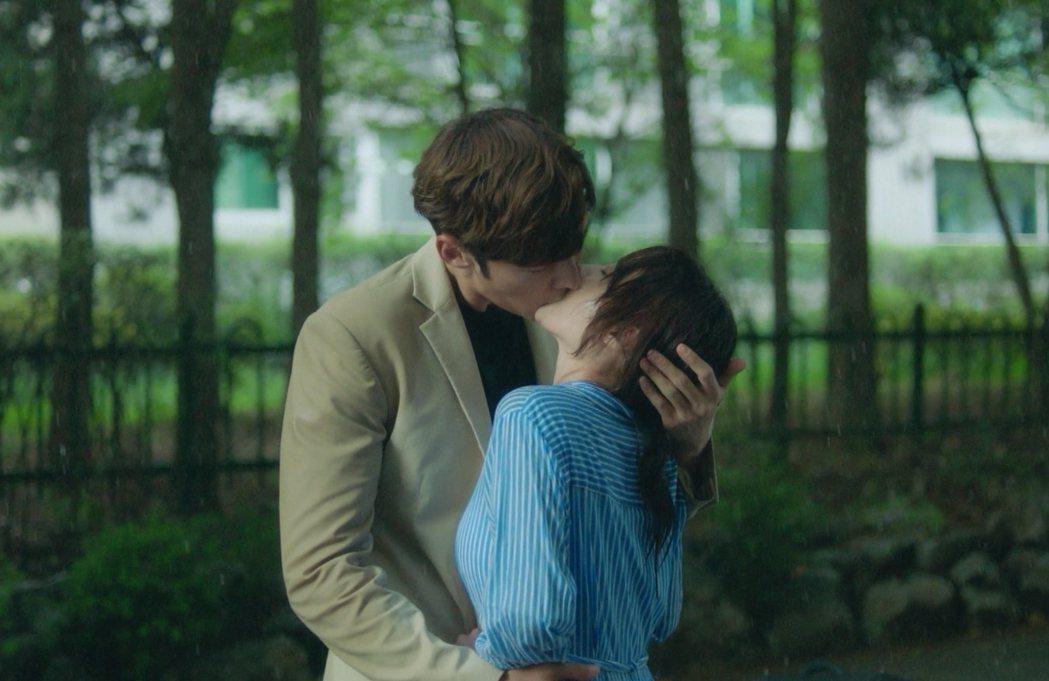 崔振赫太高大,拍吻戲時很擔心嬌小的女主角頸椎受傷。圖/中天提供