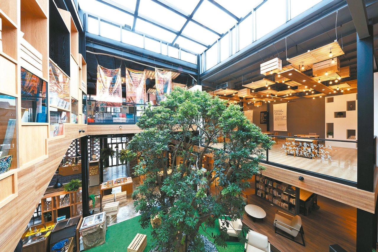 書店中貫穿兩層樓的大樹,是莊政儒的設計巧思。 圖/達永建設提供