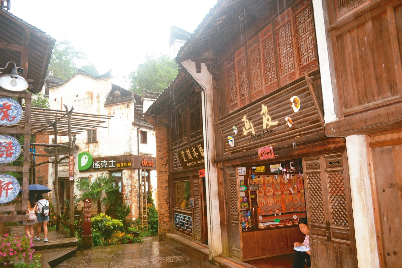 天街是篁嶺的「商業一條街」,兩邊商鋪林立。 特派員王玉燕/攝影