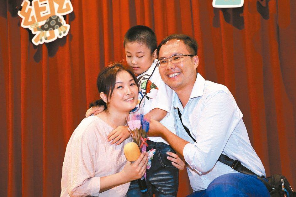 劉家君(左)、謝浩維(右)分享孩子小璽的進步,感謝老師協助。 記者施鴻基/攝影